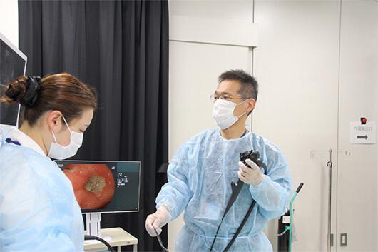 経鼻内視鏡を使用して検査をする印牧先生